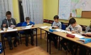 Dzieci podczas kursu szybkiego czytania